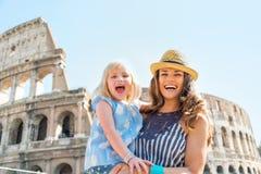 Moeder en babymeisje voor colosseum in Rome Stock Afbeeldingen