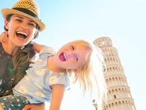 Moeder en babymeisje voor toren van Pisa Stock Afbeeldingen