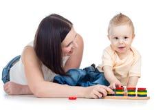 Moeder en babyspel royalty-vrije stock afbeeldingen