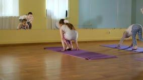 Moeder en daughtersr samen het doen van yoga in een geschiktheidsstudio 4k stock video