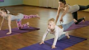 Moeder en daughtersr samen het doen van yoga in een geschiktheidsstudio 4k stock videobeelden