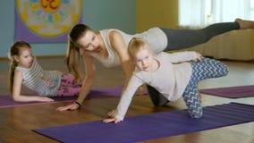 Moeder en daughtersr samen het doen van yoga in een geschiktheidsstudio 4k stock footage