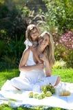 Moeder en daugther in openlucht het hebben van pret Stock Foto