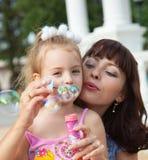 Moeder en de dochter in een park stock afbeeldingen