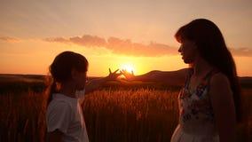 Moeder en de dochter op een zonsondergang stock footage