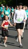 Moeder en Dochter in 5K Looppas Royalty-vrije Stock Foto's