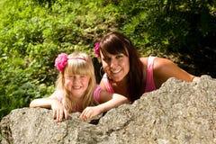 Moeder en dochter in aard Royalty-vrije Stock Foto