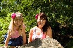 Moeder en dochter in aard Royalty-vrije Stock Foto's