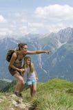 Moeder en dochter in bergen Royalty-vrije Stock Fotografie
