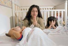 Moeder en Dochter bij Bedtijd Stock Foto's