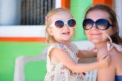 Moeder en dochter bij Caraïbische vakantie royalty-vrije stock foto
