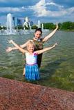 Moeder en dochter bij de fontein Royalty-vrije Stock Foto