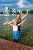 Moeder en dochter bij de fontein Stock Fotografie