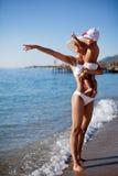 Moeder en dochter bij de kust. Royalty-vrije Stock Afbeelding