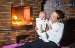 Moeder en dochter bij de open haard Royalty-vrije Stock Fotografie