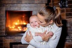 Moeder en dochter bij de open haard Stock Foto