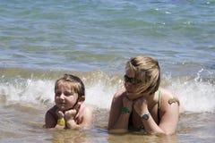 Moeder en dochter bij het strand Stock Foto's