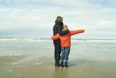Moeder en dochter bij het strand Stock Afbeeldingen