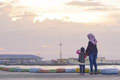 Moeder en Dochter bij het strand royalty-vrije stock fotografie