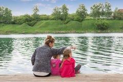 Moeder en dochter bij het water Stock Fotografie