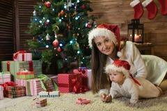 Moeder en dochter bij Kerstmis royalty-vrije stock fotografie