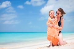 Moeder en dochter bij strand Stock Afbeelding