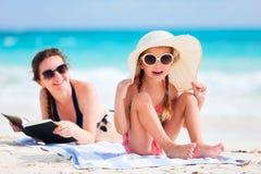Moeder en dochter bij strand Stock Foto's