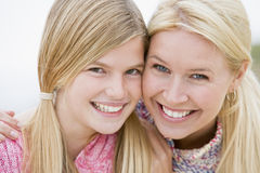 Moeder en dochter bij strand stock afbeeldingen