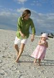 Moeder en dochter bij strand Royalty-vrije Stock Afbeeldingen