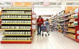 Moeder en dochter bij supermarkt Stock Fotografie