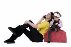 Moeder en dochter bij telefoon Royalty-vrije Stock Foto's
