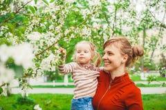 Moeder en dochter in bloemtuin Royalty-vrije Stock Foto