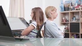 Moeder en dochter boos bij elkaar stock footage