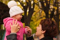 Moeder en dochter in de herfst Royalty-vrije Stock Foto's