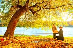 Moeder en dochter in de herfstaard Stock Foto