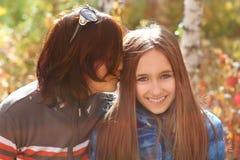 Moeder en dochter in de herfstpark royalty-vrije stock afbeelding