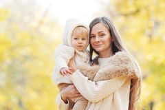 Moeder en dochter in de herfstpark Stock Foto