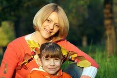 Moeder en dochter de herfstseizoen Stock Fotografie