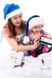 Moeder en dochter in de hoed van de Kerstman Royalty-vrije Stock Foto