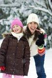 Moeder en Dochter in de Sneeuw Stock Afbeeldingen