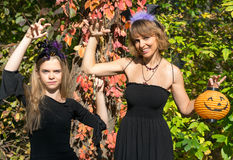 Moeder en dochter in de stijl van Halloween Stock Afbeeldingen