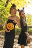 Moeder en dochter in de stijl van Halloween Stock Foto's