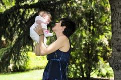 Moeder en dochter in de tuin Royalty-vrije Stock Foto