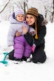 Moeder en dochter in de winter Stock Afbeelding