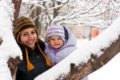 Moeder en dochter in de winter Royalty-vrije Stock Afbeelding