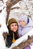 Moeder en dochter in de winter Royalty-vrije Stock Afbeeldingen
