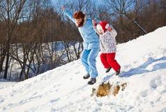 Moeder en dochter in de winterpark Royalty-vrije Stock Afbeeldingen