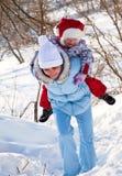 Moeder en dochter in de winterpark Stock Fotografie