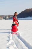 Moeder en dochter in de winterpark royalty-vrije stock foto