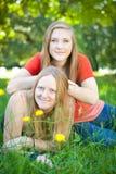 Moeder en dochter in de zomeraard Stock Afbeeldingen